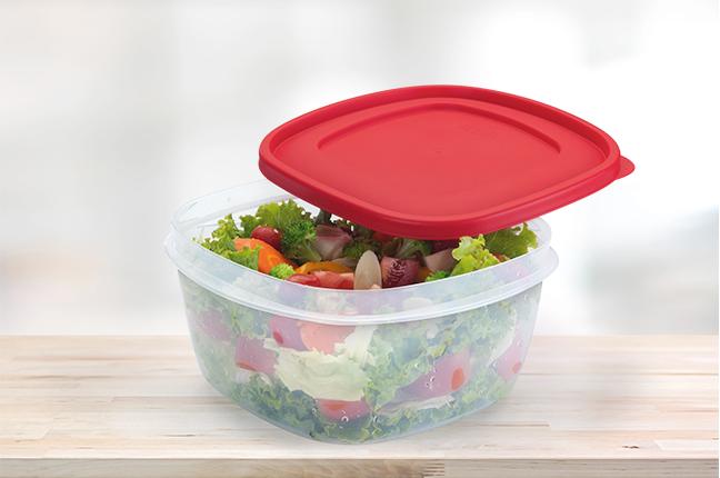 Frutas e legumes em potes plásticos